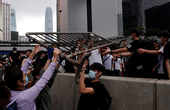 متظاهرون يزيلون الحواجز قرب مكاتب حكومة هونج كونج