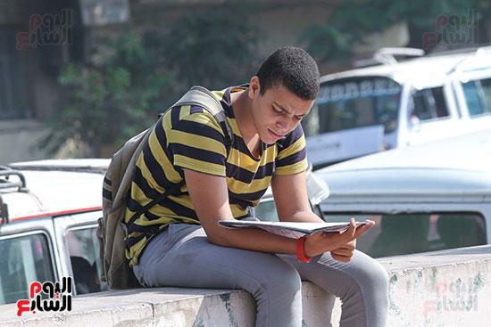 طالب-يراجع-قبل-الامتحان