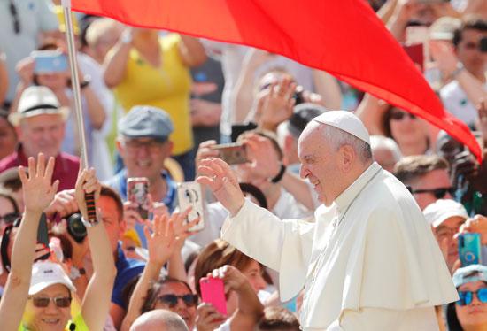 البابا-فرنسيس-وسط-المصليين