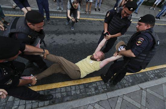 الشرطة-الروسية-تلقى-القبض-على-المحتجين