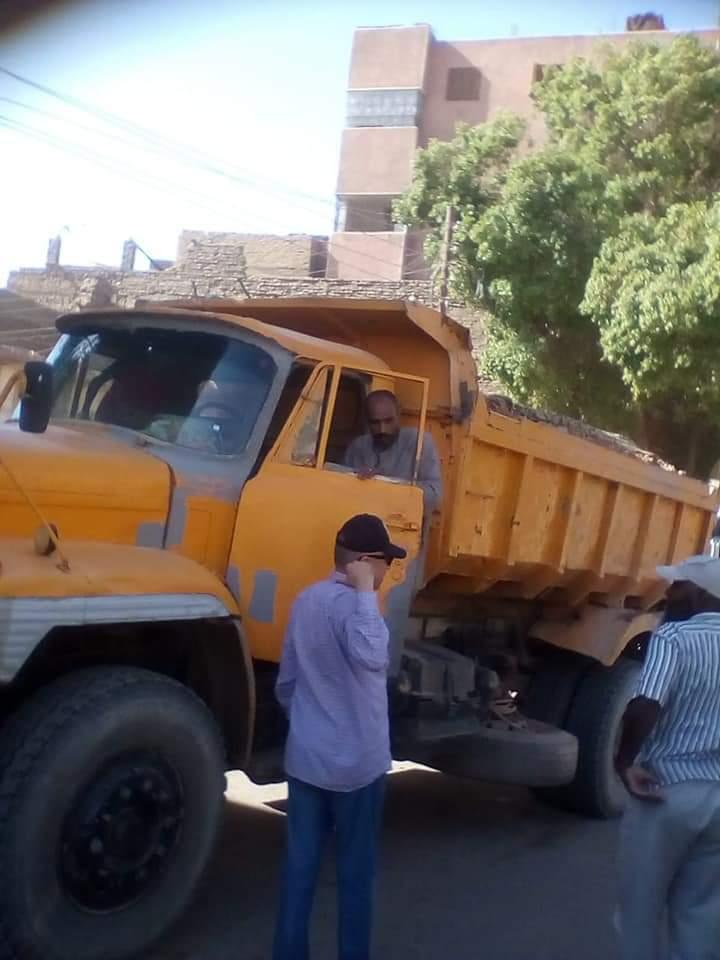 رئيس مدينة إدفو بأسوان ينظم حركة المرور ويتابع التزام النقل الثقيل (1)