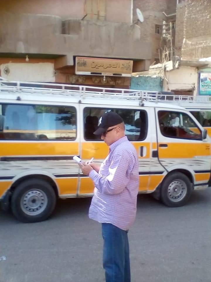 رئيس مدينة إدفو بأسوان ينظم حركة المرور ويتابع التزام النقل الثقيل (2)
