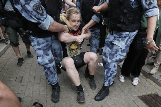 أحد-المحتجين-أثناء-القبض-عليه
