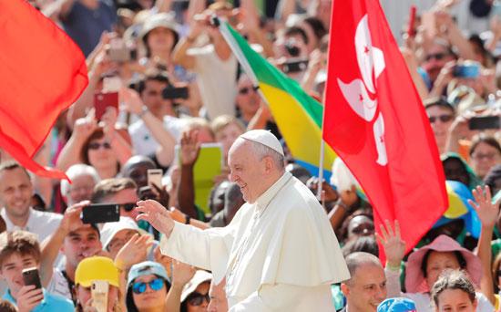 تحية-البابا-فرنسيس-للمصليين