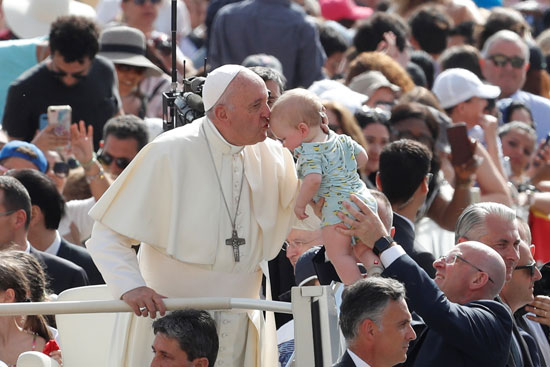 البابا-فرنسيس-يقبل-رأس-طفل
