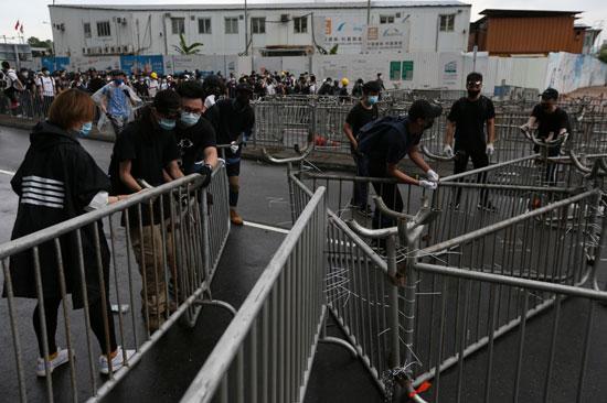 متظاهرون يمهدون الطريق أمام زملائهم فى هونج كونج