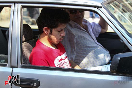 طالب-يراجع-داخل-السيارة