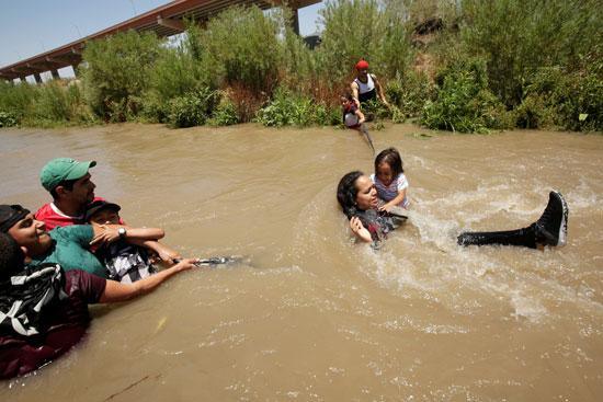 مهاجرة تسبح مع طفلتها للوصول إلى الأراضى الأمريكية