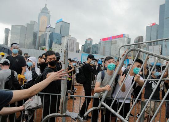 متظاهرون يرفعون الحواجز فى شوارع هونج كونج