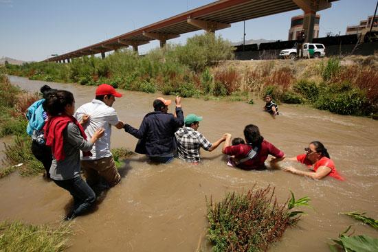 مهاجرين يسبحون فى النهر للعبور إلى أمريكا