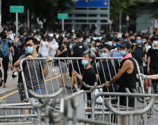 متظاهرون يقتحمون شارع رئيسى فى هونج كوند