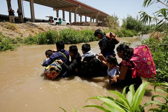 مهاجرون يعبرون النهر للوصول إلى أمريكا