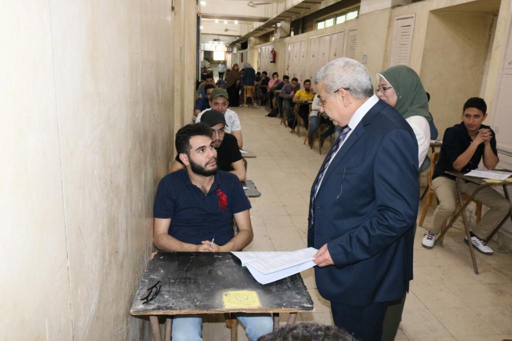 نائب رئيس جامعة طنطا يتفقد الإمتحانات.