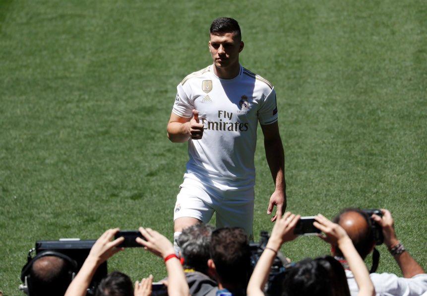 يوفيتش بقميص ريال مدريد أمام وسائل الإعلام وجماهير الملكى
