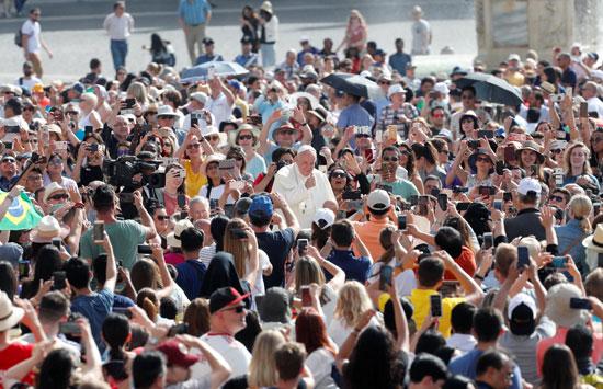 البابا-فرنسيس-والمصليين
