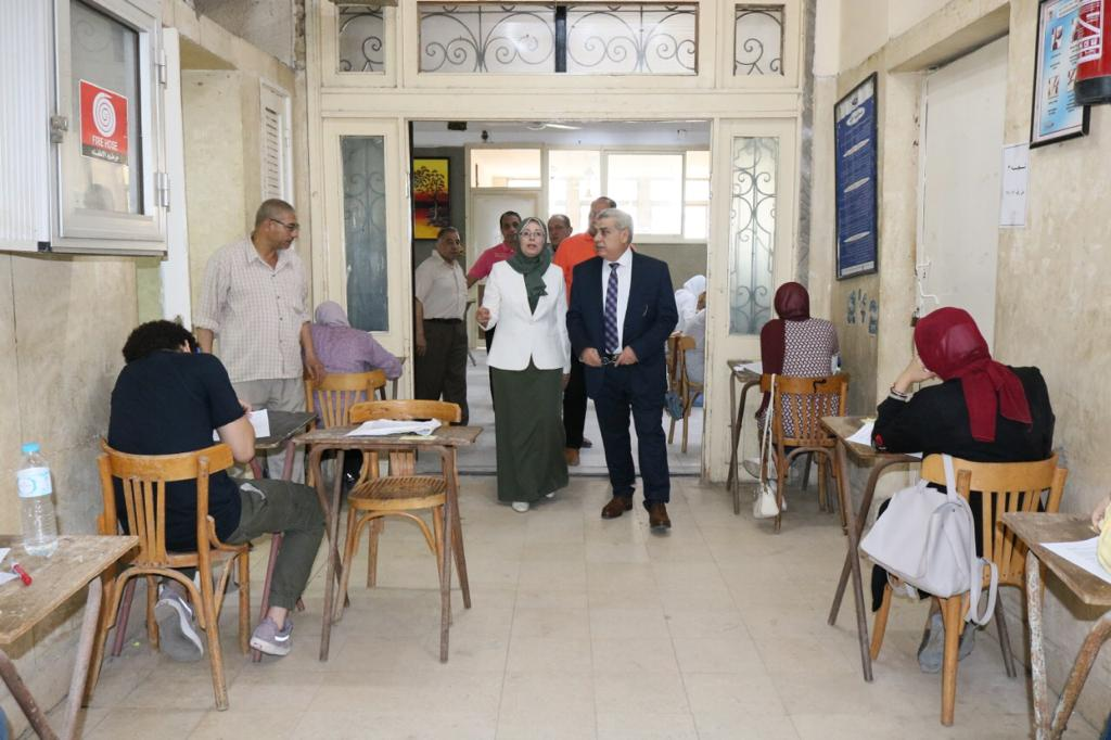 نائب رئيس جامعة طنطا يتفقد الإمتحانات