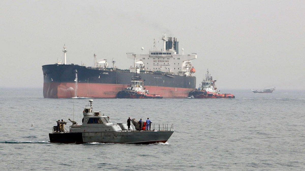 عمليات الإنقاذ بعد ضرب ناقلة نفط فى خليج عمان