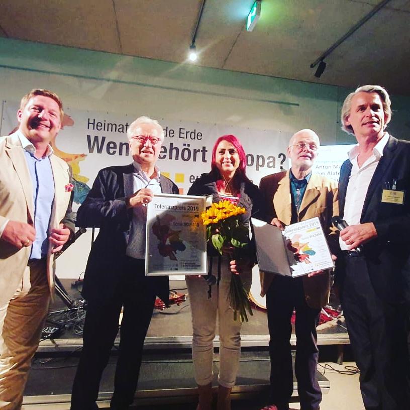 حصول الكاتبة سونيا بوماد على جائزة التسامح  (3)