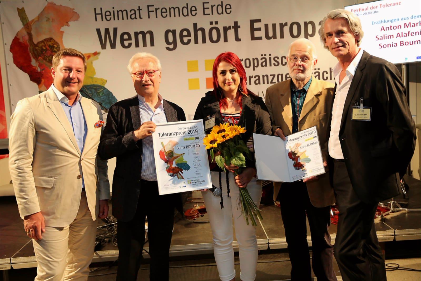 حصول الكاتبة سونيا بوماد على جائزة التسامح  (2)