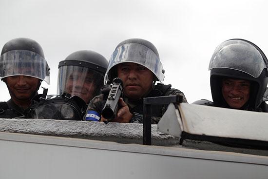 قوات مكافحة الشغب فى هندرواس تفض مظاهرة ضد الرئيس هيرنانديز (2)