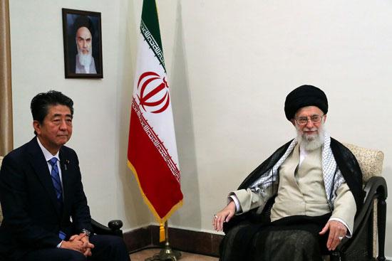 آية-الله-على-خامنئى-مع-رئيس-وزراء-اليابان
