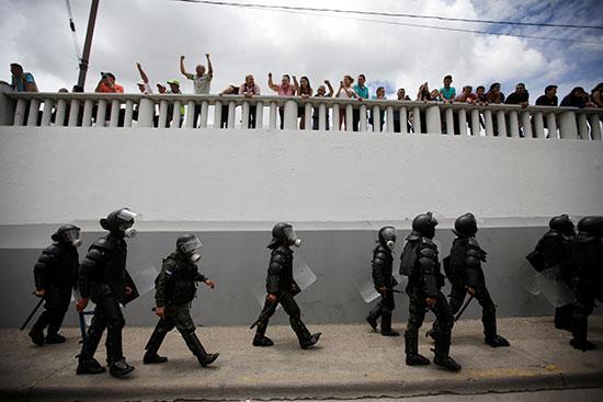 قوات مكافحة الشغب فى هندرواس تفض مظاهرة ضد الرئيس هيرنانديز (6)