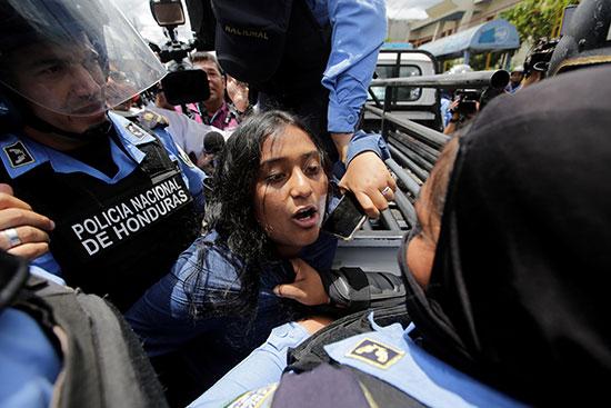قوات مكافحة الشغب فى هندرواس تفض مظاهرة ضد الرئيس هيرنانديز (1)