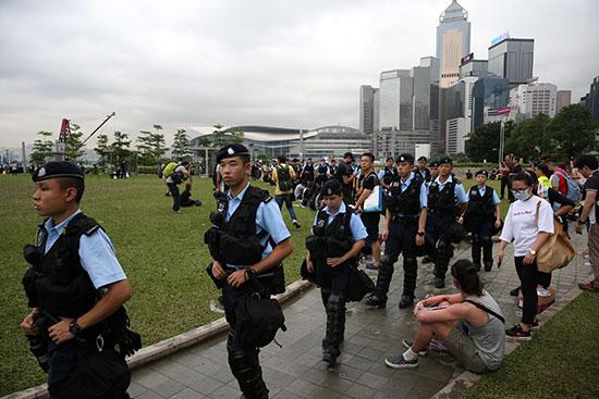 قوات مكافحة الشغب فى هونج كونج تتجمع خارج المجلس التشريعى 2