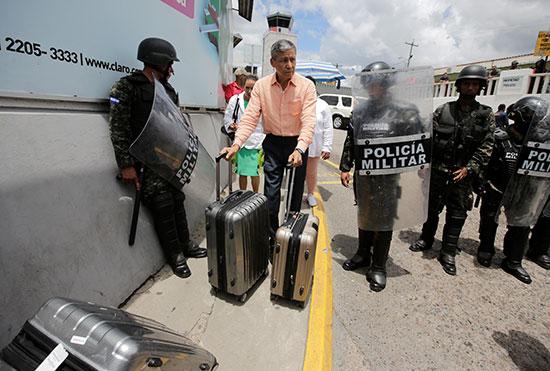 قوات مكافحة الشغب فى هندرواس تفض مظاهرة ضد الرئيس هيرنانديز (7)