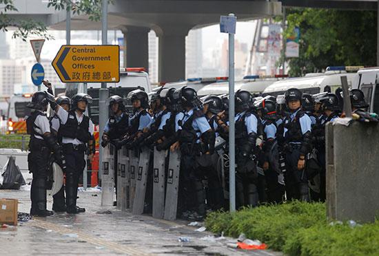 قوات مكافحة الشغب فى هونج كونج تتجمع خارج المجلس التشريعى