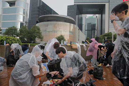 اشخاص يزيلون مخلفات اعتصامهم فى هونج كونج2
