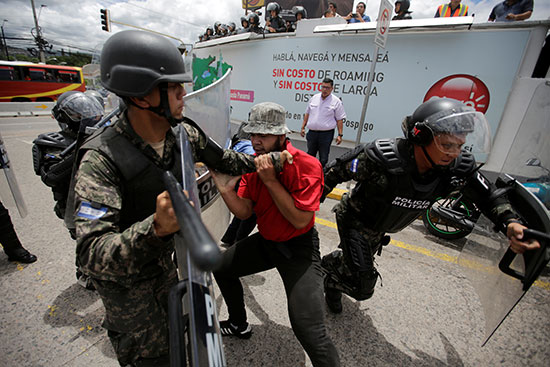 قوات مكافحة الشغب فى هندرواس تفض مظاهرة ضد الرئيس هيرنانديز (4)