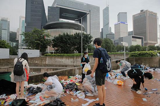 اشخاص يزيلون مخلفات اعتصامهم فى هونج كونج3