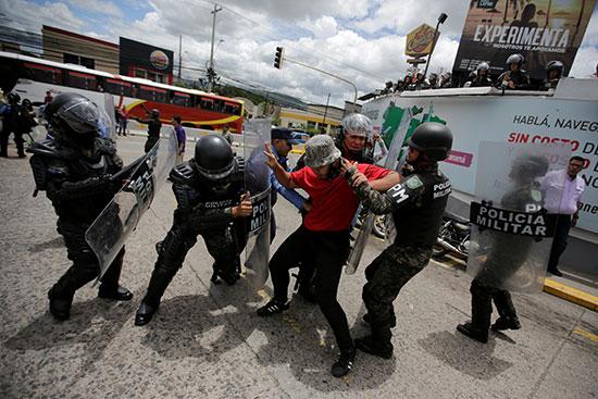 قوات مكافحة الشغب فى هندرواس تفض مظاهرة ضد الرئيس هيرنانديز (3)