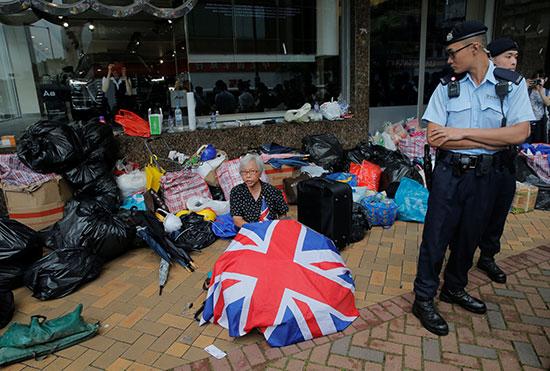احدى المتظاهرات تجلس فى الطريق