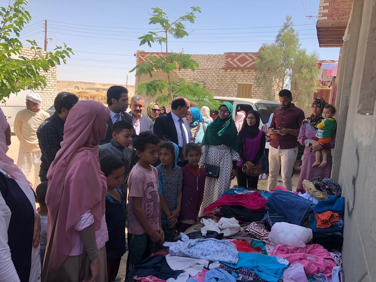 توزيع الملابس على مواطنى القرية