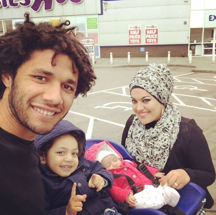 محمد الننى مع عائلته الصغيرة
