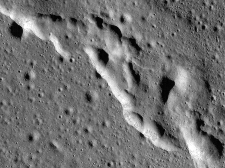 تلال  على سطح القمر