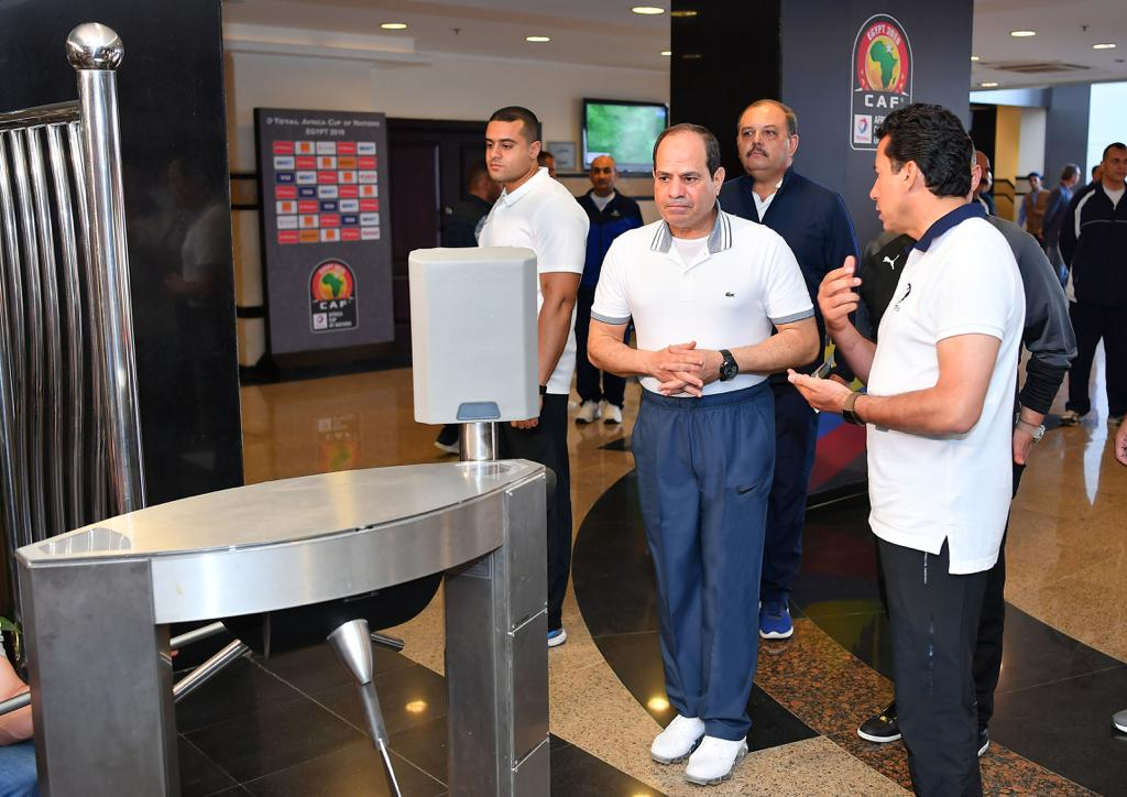 الرئيس السيسى خلال زيارة لاعبى المنتخب