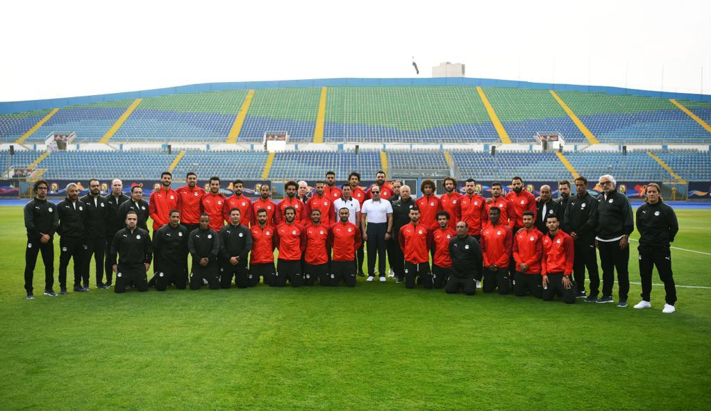 الرئيس فى صورة تذكارية مع لاعبى المنتخب