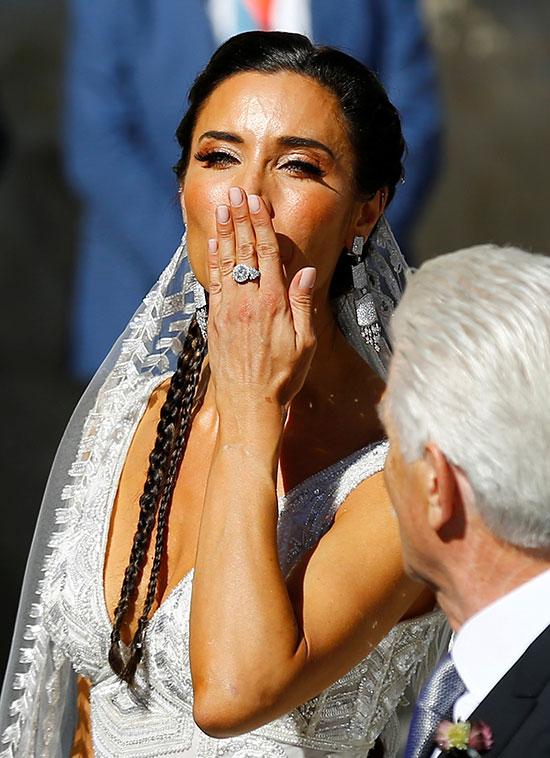 العروسة ترسل قُبله للجمهور