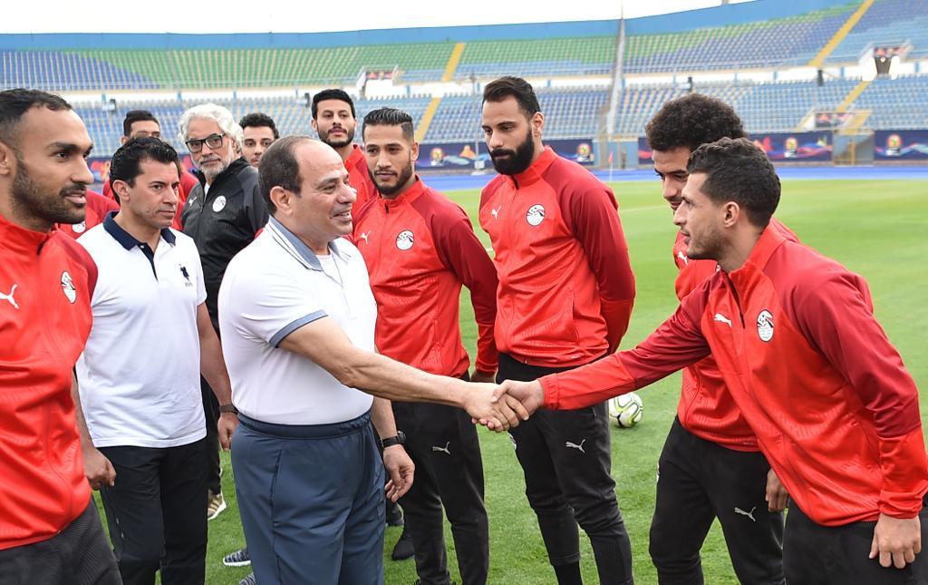 الرئيس السيسى خلال مصافحة لاعبى المنتخب