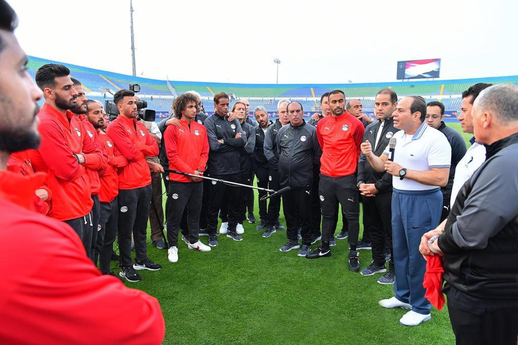 الرئيس السيسى يتحدث إلى لاعبى المنتخب