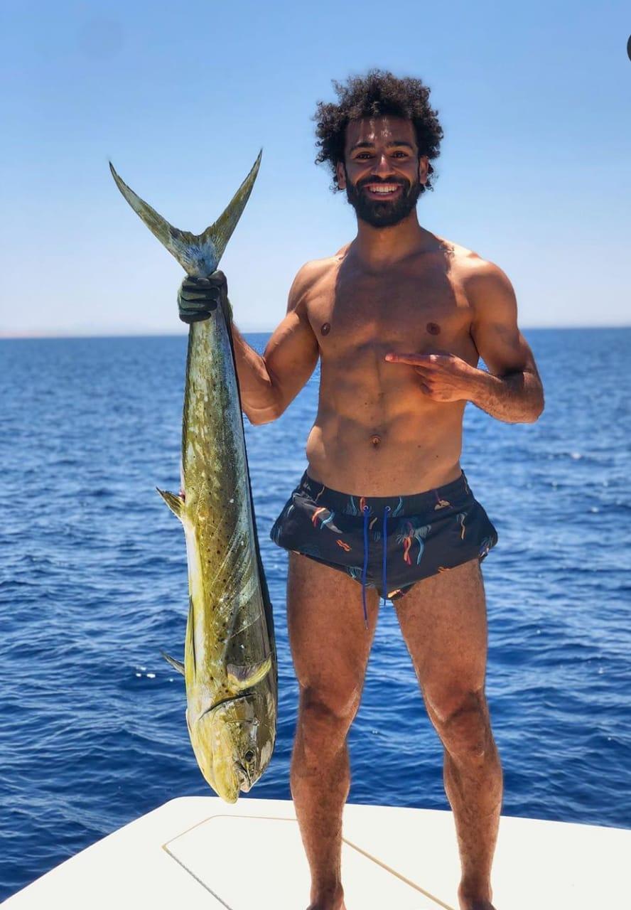 محمد صلاح يصطاد سمكة