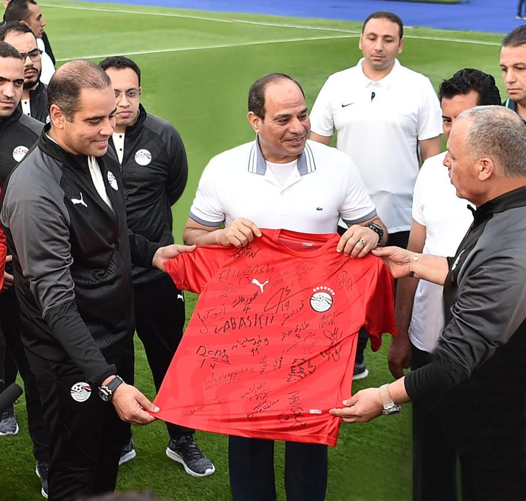 الرئيس يحمل الزى الرسمى لمنتخب مصر