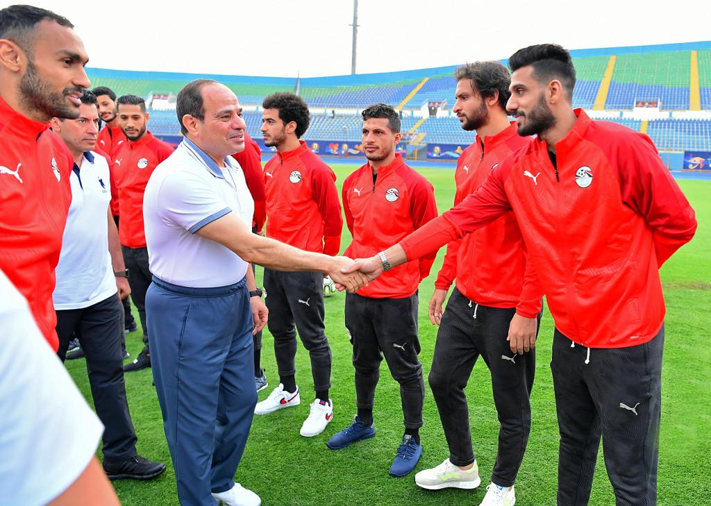 الرئيس السيسى يصافح لاعبى المنتخب