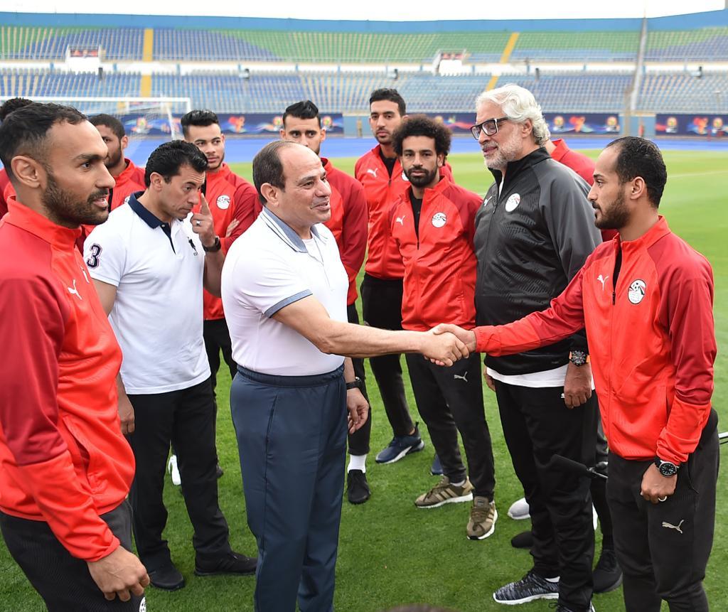 الرئيس السيسى مع لاعبى المنتخب