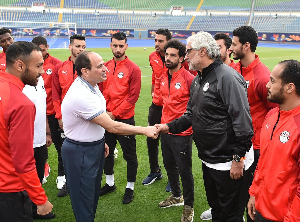 الرئيس السيسى يصافح أعضاء المنتخب