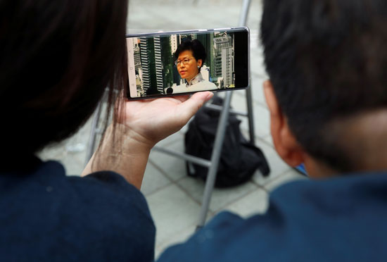 متابعة خطاب كاري لام الرئيسة التنفيذية لهونج كونج على الهاتف