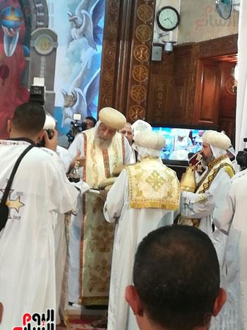 البابا يرفع الحمل المقدس